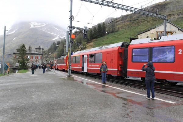 Station Alp_grüm, le train s'arrête pour croiser.