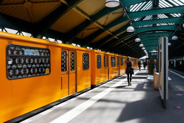 Le métro à l'arrêt à EberswalderStrasse