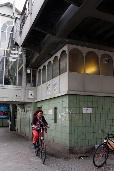 Cycliste à la station de métro Görlitzer