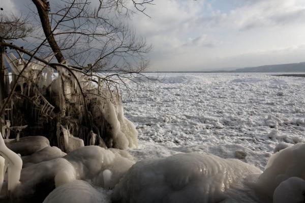 Lac de Neuchâtel couvert de glace