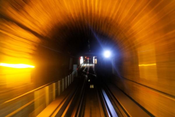 Tunnel du métro photographié en basse lumière