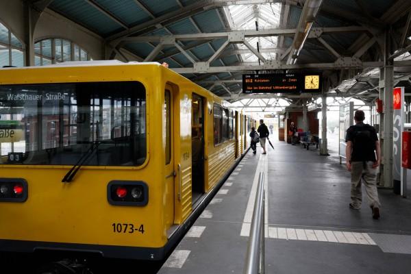 Rame de métro attendant de départ à Warschauer Strasse